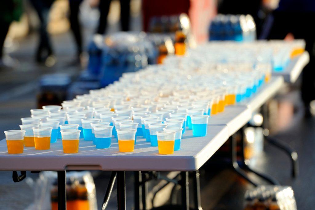 Marathon habituation table with glasses of isotonic drinks.